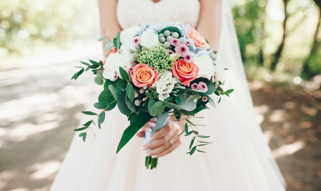Bride standing outside with a beautiful bouquet